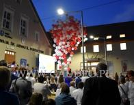 Balony z helem jako atrakcja na uroczystym otwarciu szkoły w gminie Trzebnica.