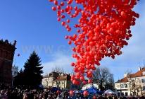 Wypuszczenie 1000 balonów z helem na sandomierskim Rynku.