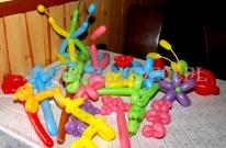 Zabawki dla dzieci skręcone z balonów.