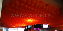 Zakrycie sufitu kina girlandami z balonów.
