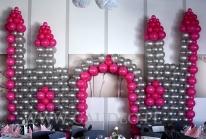 Balonowy zamek jako dekoracja imprezy firmowej z motywem przewodnim - Alicja w Krainie Czarów.