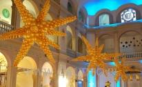 Złote gwiazdy z balonów na balu Sylwestrowym.