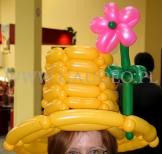 Żółty kapelusz balonowy.