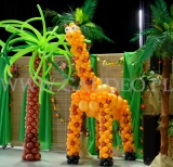 Żyrafa i palma balonowa na imprezie firmowej.