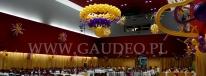 Żyrandol balonowy dekorujący salę na sylwestra.