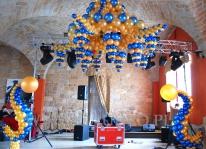 Żyrandol balonowy na imprezie firmowej w stylu Carskiej Rosji.