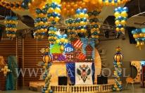 Żyrandol i ściana balonowa na imprezie firmowej w stylu Carskiej Rosji.