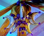 Żyrandol wykonany z wykorzystaniem balonów foliowych na evencie firmowym.