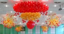 Żyrandol z balonów na balu barbórkowym.