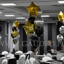 Balony z helem jako dekoracja stołów.