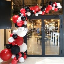 Organiczna girlanda z balonów jako dekoracja wejścia.