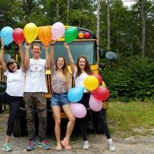 Radość namalowana balonami.