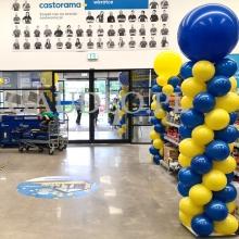Słupy balonowe jako dekoracja w Castoramie.