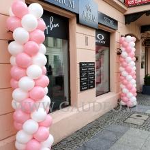 Balonowe słupy na Nowym Świecie w Warszawie.