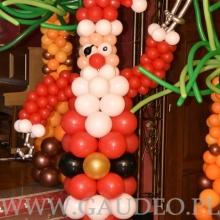 Mikołaj wykonany z balonów.