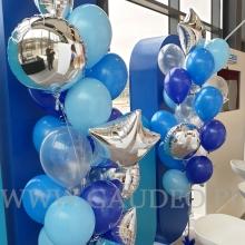 Balony z helem jako dekoracja na targach.