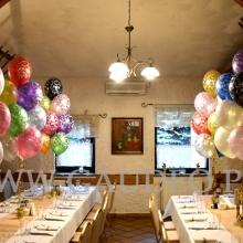 Balony helowe jako dekoracja stołów.