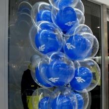 Balony z helem jako dekoracja wejścia.