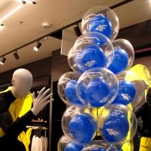 Balony w balonie napełnione helem.