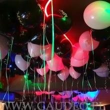 Balony z helem jako dekoracja klubu.