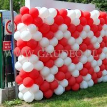 Ściana balonowa jako dekoracja na płocie.