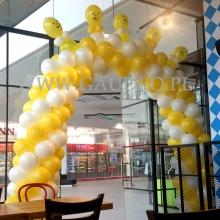 Brama balonowa w kształcie łuku.