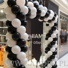 Biało-czarna brama balonowa.