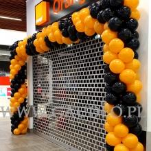 Pomarańczowo-czarna brama balonowa.