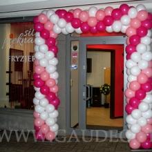 Brama z balonów jako dekoracja wejścia.