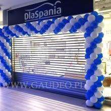 Brama z balonów przed sklepem.