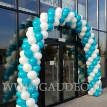 Biało-turkusowa brama balonowa.