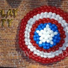 Tarcza Kapitana Ameryki wykonana z balonów.