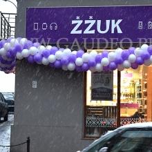 Balonowa dekoracja elewacji sklepu.