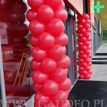 Kolumny balonowe przed salonem Komfortu.