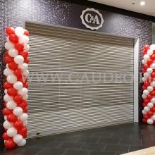 Biało-czerwony kolumny przed wejściem do sklepu.