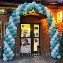 Łuk z balonów jako dekoracja wejścia.