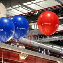 Balony helowe jako dekoracja na targach w Warszawie.