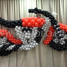 Balonowy motor jako dekoracja na imprezie.