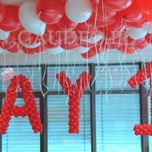 Litery wyplecione z balonów.