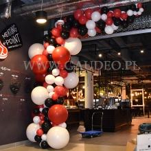 Balonowa dekoracja wejścia do restauracji w Warszawie.