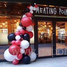 Balonowa dekoracja restauracji na otwarcie.