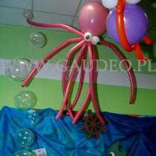 Mała balonowa ośmiornica na balu w przedszkolu.